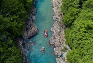 rafting-on-a-mountain-river-min